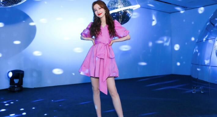 """吴昕又放大招了,穿粉色裙显少女感,这腰比""""电线杆"""